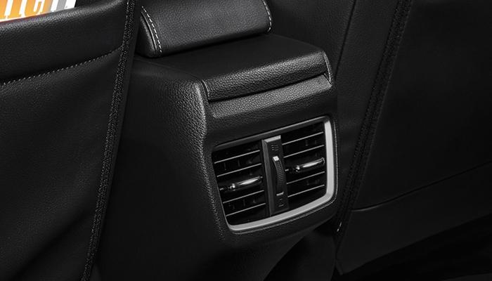 Hàng ghế sau mẫu xe này cũng được bổ sung thêm cửa gió điều hòa