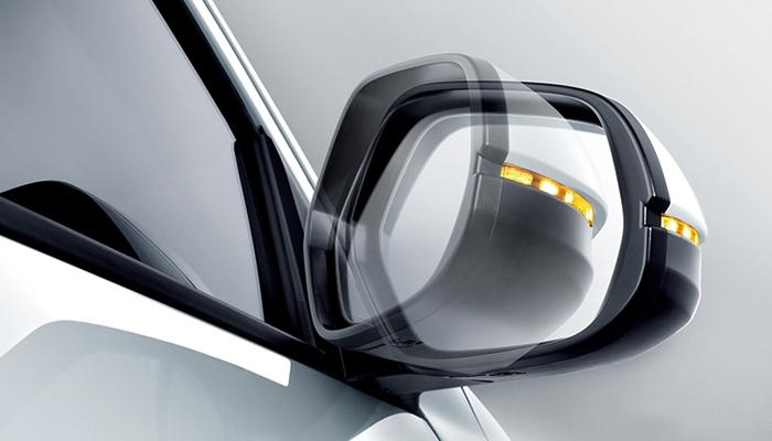 Xe được trang bị gương chiếu hậu chỉnh và gập điện