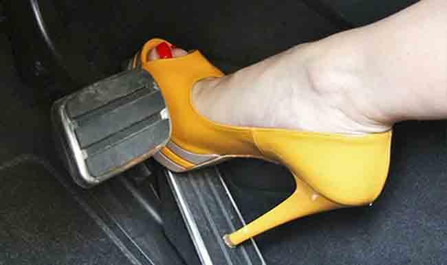 Hạn chế đi giày cao gót khi lái xe