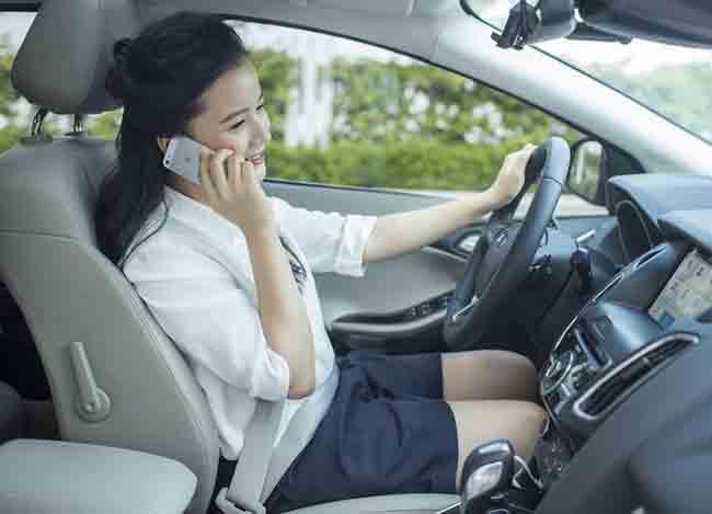 không nghe điện thoại hay xem phim khi lái xe