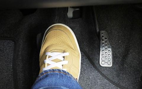Nhấn bàn đạp phanh xuống sàn xe