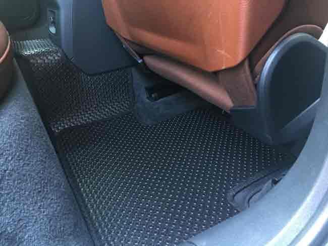 Lót sàn simili và sử dụng thêm thảm cao su