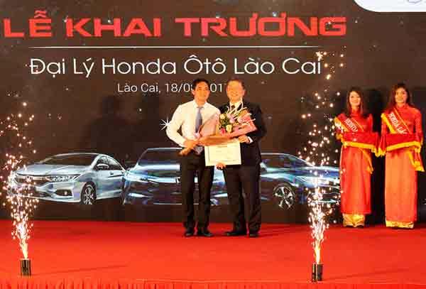 Ông Toshio Kuwahara, Tổng Giám đốc Công ty Honda Việt Nam trao chứng nhận Đại lý chính thức cho Honda Ôtô Lào Cai.