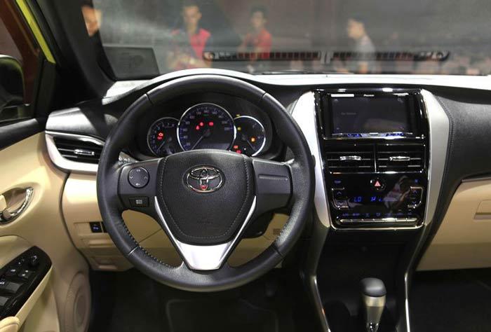 Xe được trang bị đầu DVD, kết hợp cùng hệ thống âm thanh 6 loa tiêu chuẩn